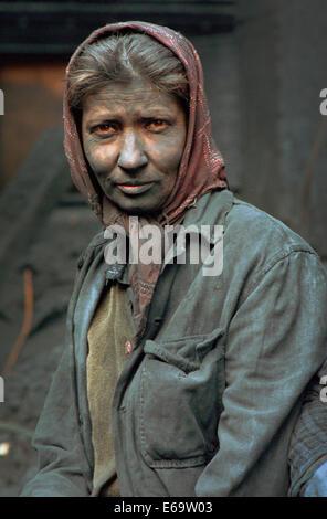 Un travailleur féminin à l'usine de noir de carbone dans la petite ville industrielle de Copsa Mica, Transylvanie Banque D'Images
