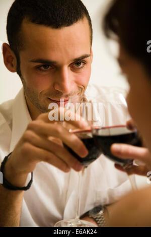 Couple,amour,boire,vin,vin rouge Banque D'Images
