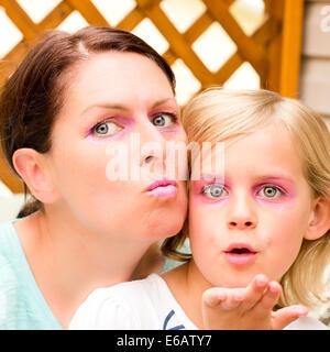 Mère et fille Goofing autour de l'appareil photo Banque D'Images