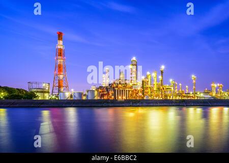 Les raffineries de pétrole line une rivière de Yokkaichi, au Japon. Banque D'Images