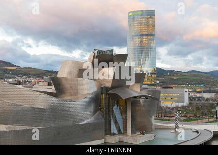 Le Guggenheim Museum, conçu par Frank Gehry, Bilbao, Vizcaya Province, Pays Basque, Espagne Banque D'Images