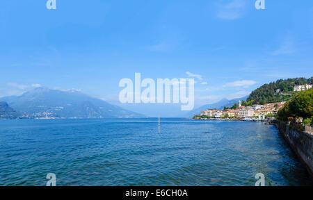 Du lac à Bellagio, Lac de Côme, Lombardie, Italie Banque D'Images