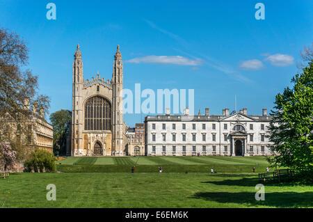 Kings College et la chapelle, en face de la rivière Cam et ses bateaux touristiques punt, université de Cambridge, Banque D'Images