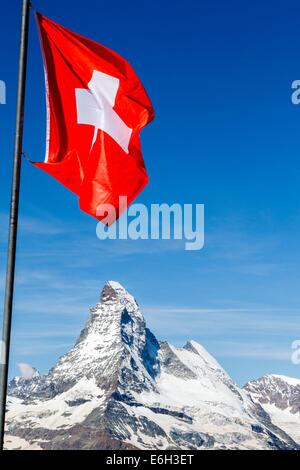 Drapeau suisse survolant le Matterhorn, Zermatt, Suisse Banque D'Images