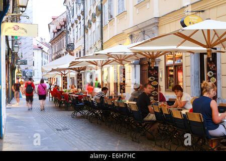 Une ligne de tables de restaurant dans le centre de voies de Ljubljana, Slovénie Banque D'Images
