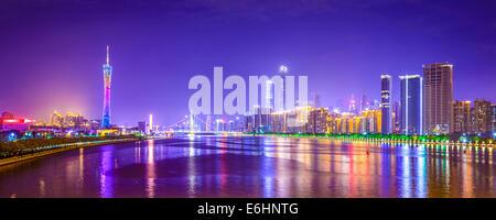 Guangzhou, Chine city skyline panorama sur la rivière des Perles. Banque D'Images