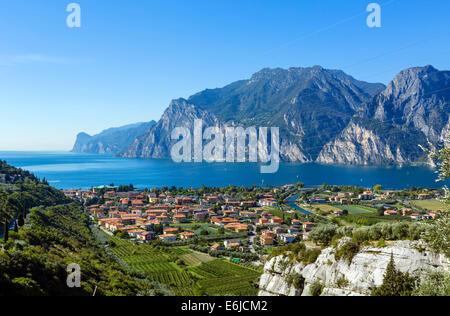 Voir plus de Torbole et l'extrémité nord du lac de Garde à partir de la SS240, Le Lac de Garde, Trento, Italie Banque D'Images