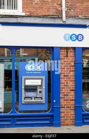 Distributeur de billets Distributeur Distributeur automatique de l'extérieur d'une succursale de banque du BST. East Street, Chichester, West Sussex, Angleterre, Royaume-Uni, Angleterre