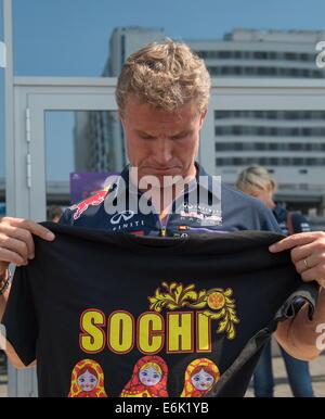 Sochi, Russie. 25 août, 2014. Ancien pilote automobile britannique David Coulthard est titulaire d'un T-shirt présenté Banque D'Images