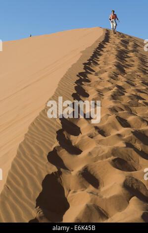 Les touristes marcher dans le sable de dune 45, Vallée de la Tsauchab, Sesriem, Namibie, région Hardap