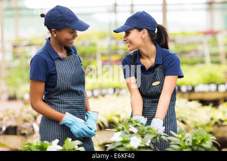 Deux jardiniers heureux de parler des émissions de