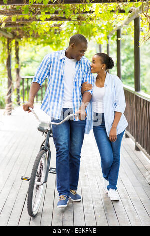 Young African American couple walking with location sous les vignes Banque D'Images