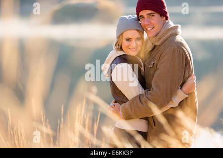 Portrait of smiling young couple hugging in matin d'automne Banque D'Images