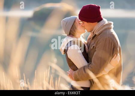 Loving couple par le lac en hiver matin Banque D'Images