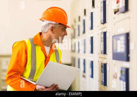 Milieu de travail de l'électricien industriel dans la salle de commande d'alimentation Banque D'Images