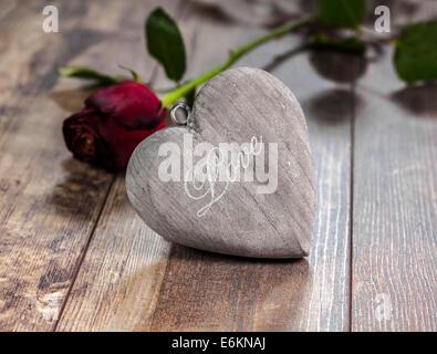 Symbole de la Saint-Valentin. Coeur sur un fond de bois de rose rouge. Banque D'Images