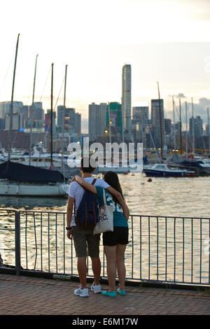 Deux ami ensemble par le front de Causeway Bay, Hong Kong. Banque D'Images