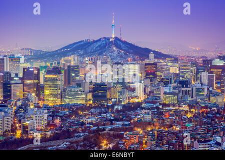 Séoul, Corée du Sud sur les toits de la ville au crépuscule. Banque D'Images