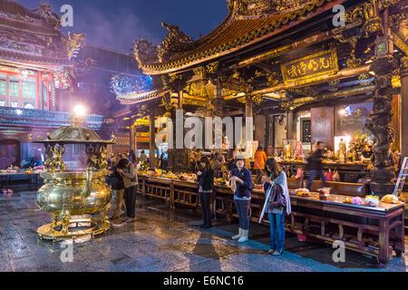 TAIPEI, TAIWAN - Le 12 janvier 2013: les fidèles au Temple de Longshan. Le temple a été construit en 1738 par des Banque D'Images