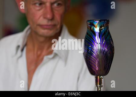 John Ditchfield, d'Glasform Ltd, Singleton créer des œuvres d'art dans son atelier de Blackpool, Lancashire, UK Banque D'Images