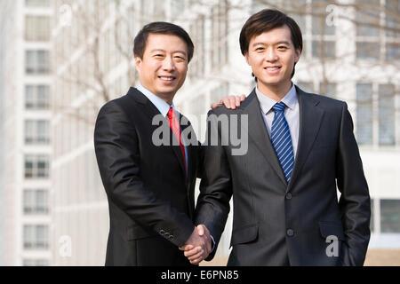 Partenaires d'affaires shaking hands Banque D'Images
