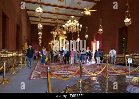Les visiteurs à l'intérieur de la Pagode d'argent, du Palais Royal, Phnom Penh, Cambodge Banque D'Images