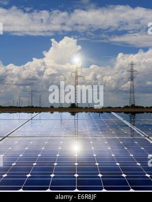 Power Plant à l'aide d'énergie solaire renouvelable avec ligne d'alimentation Banque D'Images