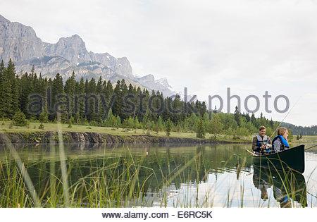 Père et fils dans la pêche dans le lac de canotage Banque D'Images