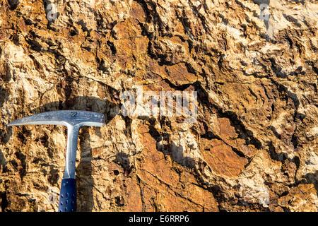 Marteau de géologue sur du marbre n'est pas oxydée charriage Toumba surface sur Thassos Banque D'Images