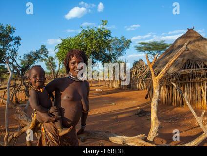 Tribu Hamer Femme portant son bébé en tenue traditionnelle, Turmi, vallée de l'Omo, Ethiopie Banque D'Images