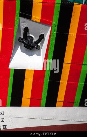 Ligne Plimsoll chiffre romain marquages sur Liverpool coupe pilote 1953 Edmund Gardner transformé par temps de guerre camouflé rouge, noir,'razzle dazzle'. UK