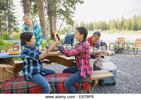 Famille manger ensemble au camping Banque D'Images