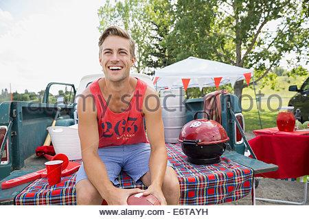Rire de l'homme dans la zone barbecue hayon Banque D'Images