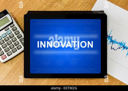 Mot de l'innovation numérique sur tablette avec calculatrice graphique financier et Banque D'Images