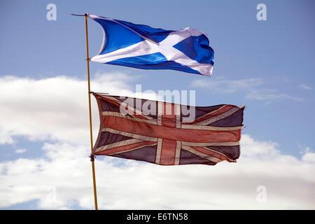 La St Andrew's cross ou sautoir, au-dessus d'un drapeau Union Jack. Banque D'Images
