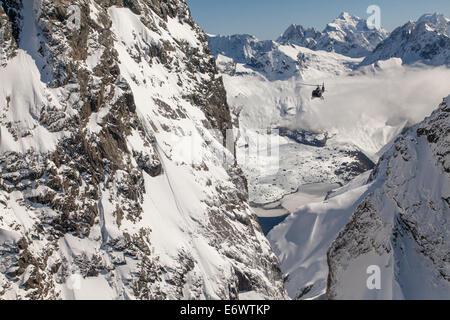 Vol en hélicoptère au moyen d'un ravin en montagnes de neige, Alpes du Sud, l'île du Sud, Nouvelle-Zélande Banque D'Images