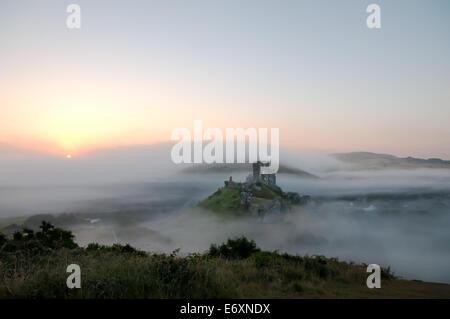Château de Corfe dans la brume Banque D'Images