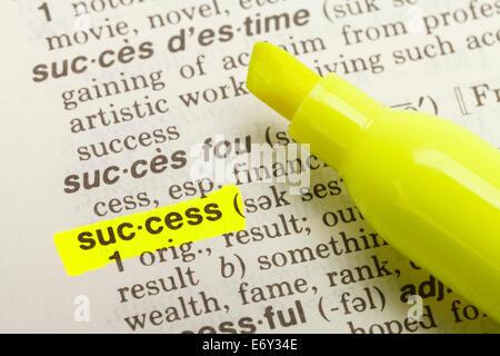 Le mot succès mis en lumière dans le dictionnaire avec Surligneur marqueur jaune. Banque D'Images
