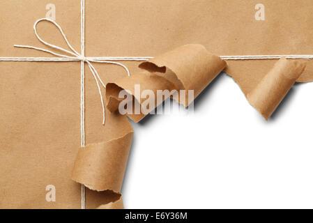 Colis de papier brun avec corde à ouvrir, sur fond blanc.
