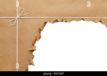 L'emballage du papier marron avec corde à ouvrir, sur fond blanc.