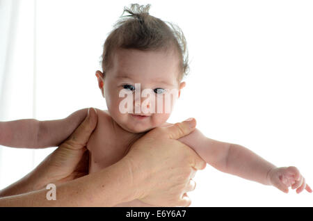 3 mois bébé fille dans le confort de mamans les mains. Concept photo de nouveau-né, bébé, mère, la maternité, le Banque D'Images