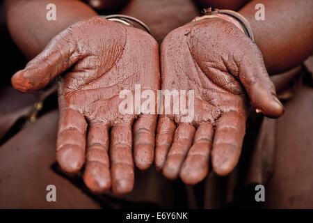 Mains d'une femme de la tribu Himba avec pâte rouge, Kaokoland, la Namibie, l'Afrique