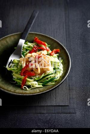 Spaghettis aux courgettes avec pan-fried squid et poivrons rouges Banque D'Images