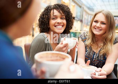 Groupe de jeunes amies au Café rencontre Banque D'Images