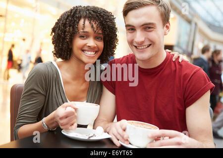 Jeune couple réunion le jour au Café Banque D'Images