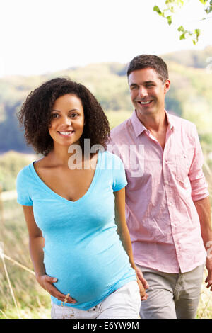 Expectant couple outdoors in countryside Banque D'Images