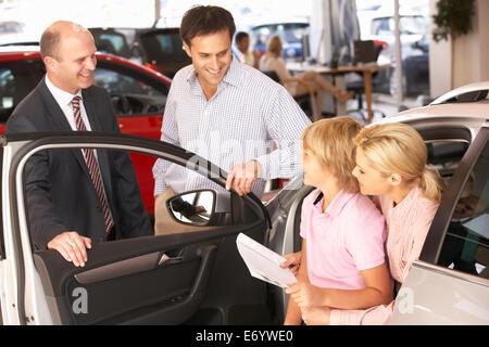 Achat nouvelle voiture familiale Banque D'Images