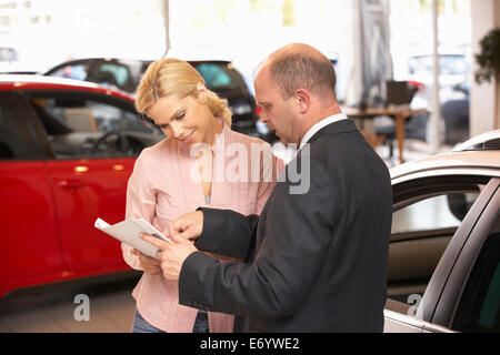 Achat femme nouvelle voiture Banque D'Images