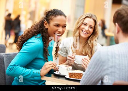 Groupe de jeunes Réunion d'amis au Café Banque D'Images