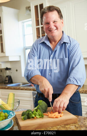 L'excès de l'Homme Comment préparer les légumes dans la cuisine Banque D'Images